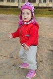 Маленькая девочка играя на спортивной площадке Стоковое фото RF