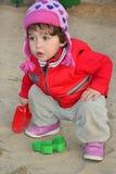 Маленькая девочка играя на спортивной площадке. Стоковые Фото