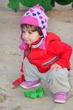 Маленькая девочка играя на спортивной площадке. Стоковая Фотография RF