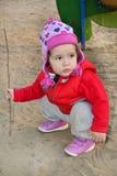 Маленькая девочка играя на спортивной площадке Стоковое Изображение