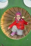 Маленькая девочка играя на спортивной площадке Стоковое Изображение RF