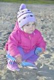 Маленькая девочка играя на спортивной площадке. Стоковое Фото
