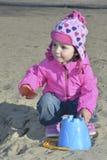 Маленькая девочка играя на спортивной площадке. Стоковые Изображения RF
