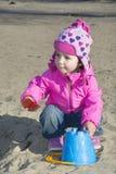 Маленькая девочка играя на спортивной площадке. Стоковые Фотографии RF