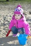 Маленькая девочка играя на спортивной площадке. Стоковое Изображение