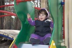 Маленькая девочка играя на спортивной площадке Стоковая Фотография