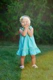 Маленькая девочка играя на траве в парке лета стоковое фото rf
