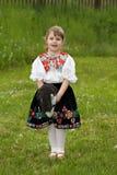 Маленькая девочка играя на луге Стоковое Изображение