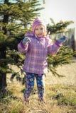 Маленькая девочка играя около дерева штыря Стоковое Изображение RF