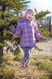 Маленькая девочка играя около украшенного дерева штыря Стоковые Фотографии RF