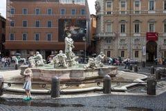 Маленькая девочка играя около фонтана причаливать Стоковые Фотографии RF