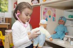 Маленькая девочка играя доктора Стоковые Фотографии RF