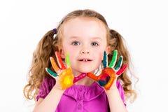 Маленькая девочка играя с акварелями Стоковое Фото