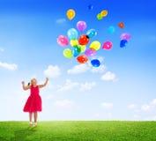 Маленькая девочка играя с воздушными шарами Outdoors Стоковое фото RF