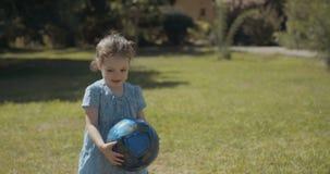 Маленькая девочка играя с голубым шариком видеоматериал