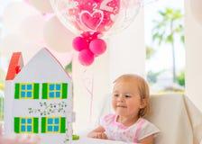 Маленькая девочка играя с ее подарком на день рождения Стоковые Изображения RF