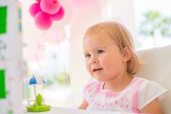 Маленькая девочка играя с ее подарком на день рождения Стоковое фото RF