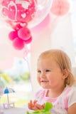 Маленькая девочка играя с ее подарком на день рождения Стоковое Изображение
