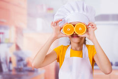 Маленькая девочка играя с свежими плодоовощами мандарина Стоковые Фото