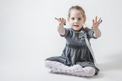 Маленькая девочка играя с цветами Стоковая Фотография