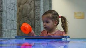 Маленькая девочка играя хоккей воздуха акции видеоматериалы