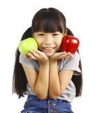 Маленькая девочка изгибает ее мышцу пока показывающ яблоко которое сделало ее сильную и здоровый Стоковые Фото