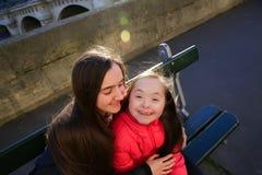 Маленькая девочка имеет потеху в Париже Стоковые Изображения