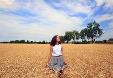 Маленькая девочка имеет потеху в пшеничном поле Стоковая Фотография RF