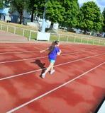Маленькая девочка имеет потеху на стадионе Стоковые Изображения RF
