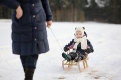 Маленькая девочка имея езду ловкости на зимний день стоковое фото