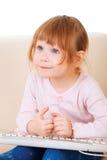Маленькая девочка используя keybord. поколение компьютера Стоковая Фотография RF