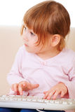 Маленькая девочка используя keybord. поколение компьютера Стоковое фото RF