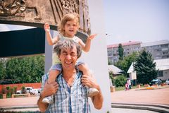 Маленькая девочка и ее отец на outdoors Стоковые Фотографии RF