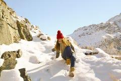 Маленькая девочка идет вниз с горой Стоковые Фотографии RF