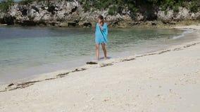 Маленькая девочка идет вдоль пляжа сток-видео