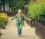 Маленькая девочка идет домой от школы Стоковое фото RF