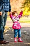 Маленькая девочка идет с моим папой Стоковое Изображение