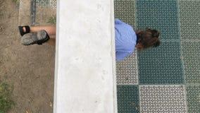Маленькая девочка идет через отверстие в стене сток-видео