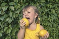 Маленькая девочка и лимоны Стоковое Изображение RF