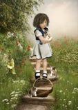 Маленькая девочка и котята стоковая фотография rf