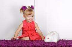 Маленькая девочка и кролик Стоковая Фотография RF