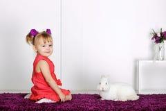 Маленькая девочка и кролик Стоковые Фото