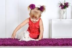 Маленькая девочка и кролик Стоковые Изображения