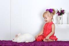 Маленькая девочка и кролик Стоковое фото RF
