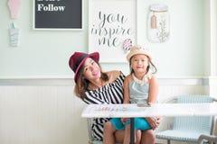 Маленькая девочка и мать есть мороженое Стоковое Изображение RF