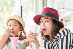 Маленькая девочка и мать есть мороженое Стоковые Фотографии RF