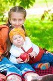 Маленькая девочка и мальчик в парке осени Стоковое Изображение RF