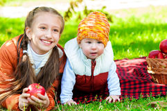 Маленькая девочка и мальчик в парке осени Стоковая Фотография RF