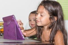 Маленькая девочка и мальчик в утре Стоковое Изображение RF