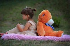 Маленькая девочка и медведь Стоковые Изображения RF